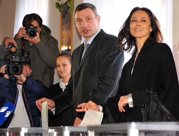 Photo: Kiev mayor Vitali Klitschko and his wife Natalia vote at a polling station in Kiev