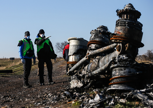 A group of Dutch investigators and OSCE monitors are examining the site of the Malaysian Boeing crash near Donetsk