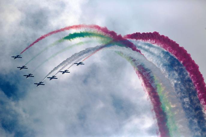 Photo: The UAE 'The Knights' aerobatics team performs at Airshow China 2014