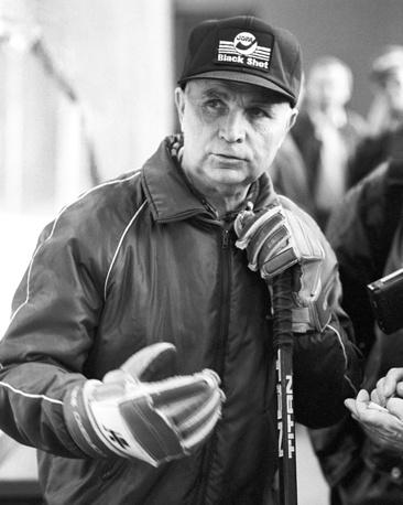 Viktor Tikhonov watches Soviet ice-hockey team's training, 1991