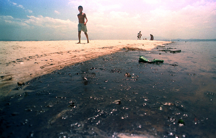 On 21 January 2000, pipeline at the Reduc refinery in Rio de Janeiro leaked 1.3 million liters of crude oil into the bay. Petrobras, the government-owned oil company was pleaded guilty and paid a fine of more than $25 million. Photo: An oil-blackened beach of the Guanabara Bay in Rio de Janeiro, Brazil, 2000