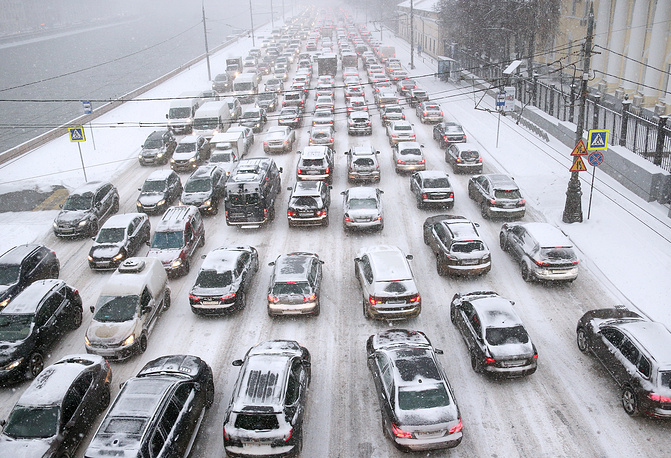Photo: Cars stuck in a traffic jam in the Kremlin embankment
