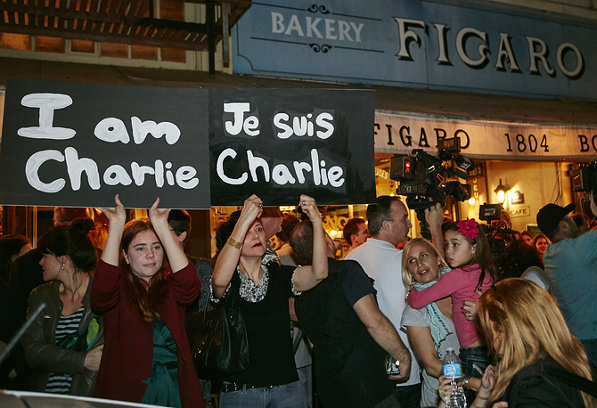 """Members of the French-American community of Los Angeles hold signs reading """"I'm Charlie,"""" outside of the French restaurant in Los Angeles, USA"""