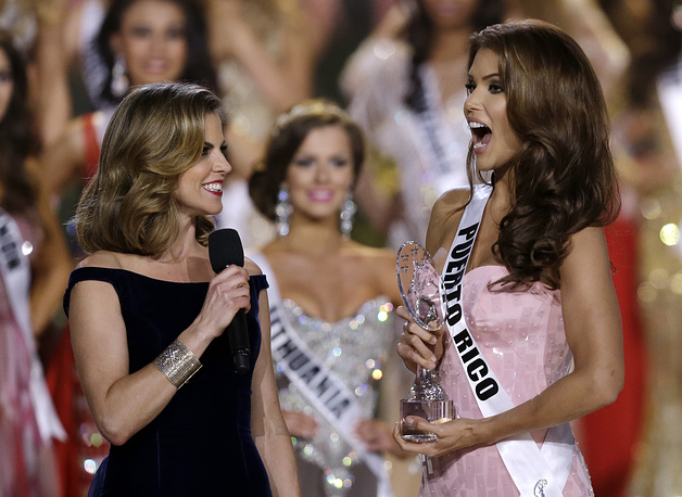 Miss Puerto Rico Gabriela Berrios receiving the Miss Photogenic award