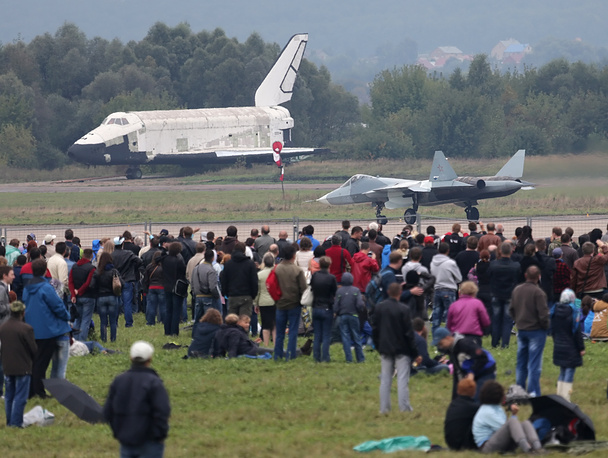 According to Russian Air Force, the series deliveries of the T-50 fighter are set to begin in 2016. Photo: Russian space shuttle Buran and T-50 fighter jet at MAKS-2013 Air show