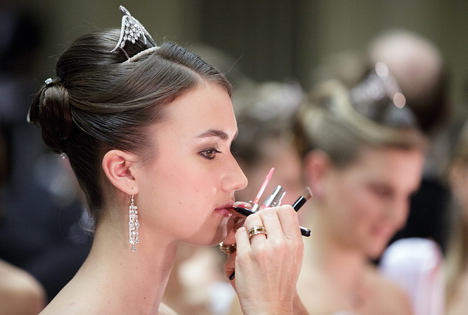 Debutants and debutantes aged 17-24 usually open the ball. Photo: A debutante preparing for the opening ceremony of the Vienna Opera Ball