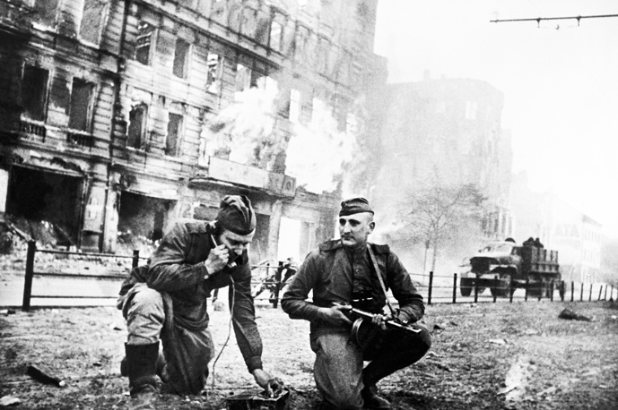 Soviet field wiremen on Frankfurter Allee in Berlin, 1945