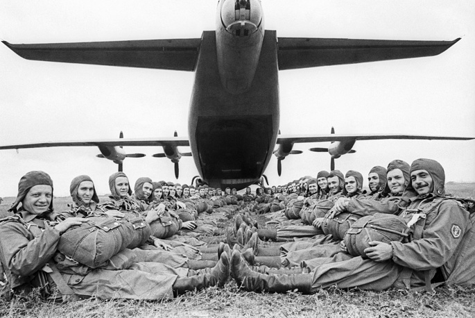 From 1944 the airborne divisions were reconstituted as Guards Rifle Divisions. Photo: paratroopers of the Transcaucasian military district, 1974