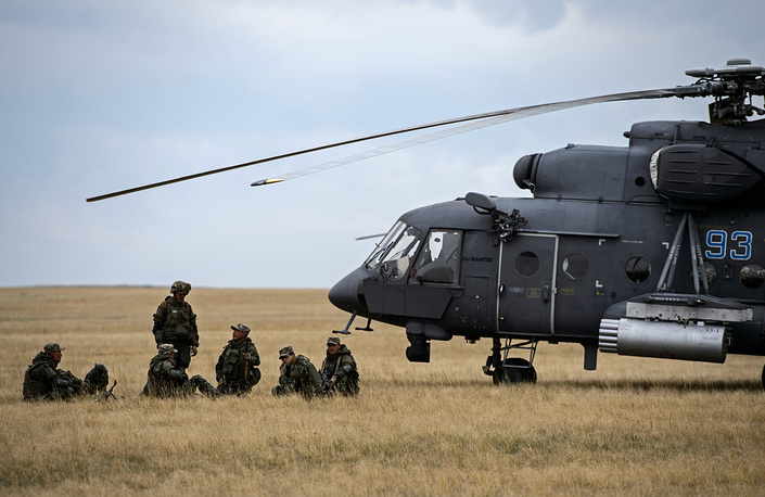 Russia launched this year's largest exercises - Center-2015 in the Central Military District on September 14. Photo: Landing troops members loading into Mi-8 helicopters during the Center-2015 military drills
