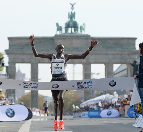 Kenia's Dennis Kimetto crossing the finish line to win the Berlin marathon in a world record time in Berlin, Germany
