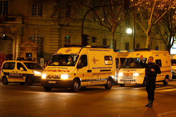 According to the city prosecutor, attacks were carried out nearly simultaneously at six various places of the city. Photo: Armed French Police near the Saint Antoine hospital