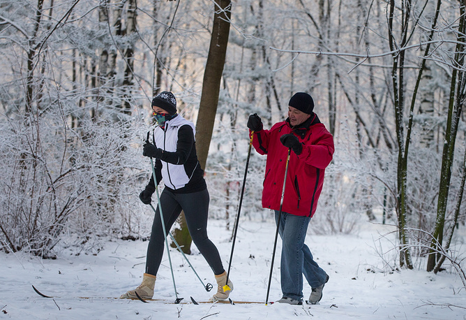People skiing in Moscow's Kuzminki park