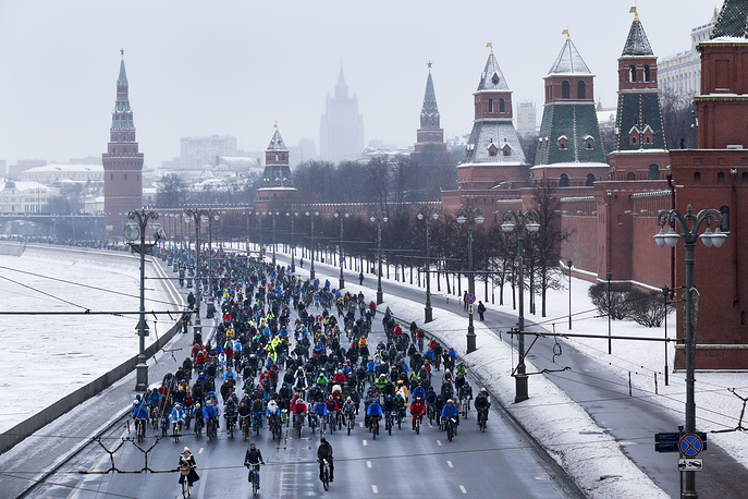 Participants of the first winter cycling marathon in support of cycling infrastructure in the city, riding along the embankment of the frozen Moskva River and the Kremlin Wall in Moscow