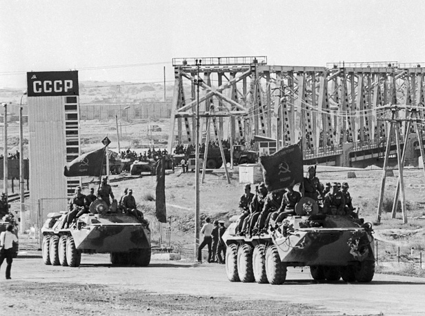 Soviet battalion crossing the bridge across the Amu-Darya river, 1988
