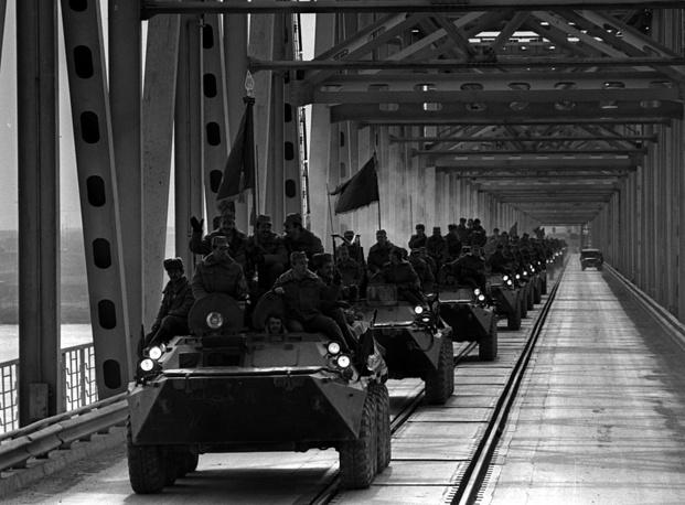 A column of airborne regiment leaving Afghanistan over the bridge across the Amu Darya, 1988