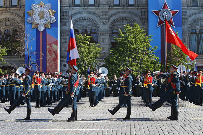 Servicemen of the 154th Preobrazhensky Independent Commandant's Regiment carry the Russian national flag and the Victory Banner