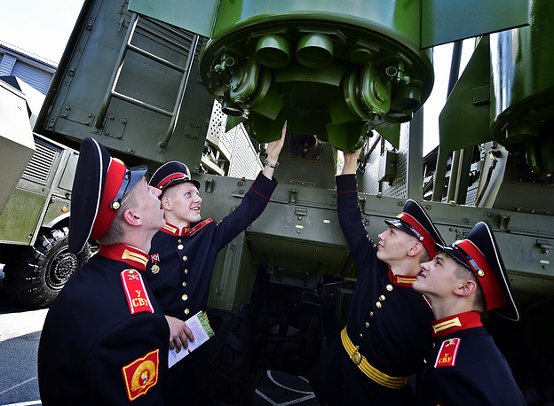 Students of the Ussuriysk Suvorov Military School examining Iskander-M tactical ballistic missile complex