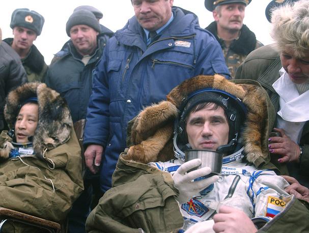 American astronaut Edward Lu and Yuri Malenchenko after landing near the town of Arkalyk in Kazakstan, 2003
