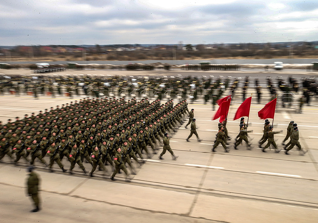Servicemen march at Alabino training ground during a rehearsal for the upcoming 9 May military parade marking the 72nd anniversary of the victory over Nazi Germany in World War II, Moscow region, April 5