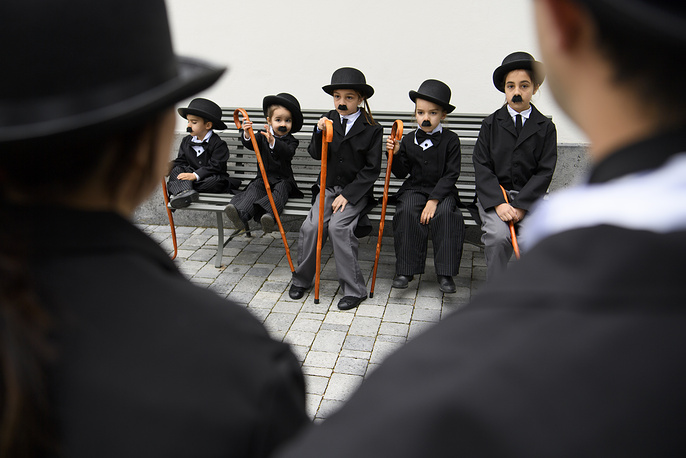 Some 662 people dressed as Charlie Chaplin pose for a group photo during an attempt of the world's largest gathering of people dressed as 'The Tramp' on the occasion of Charlie Chaplin's birthday in Corsier, Switzerland, April 16