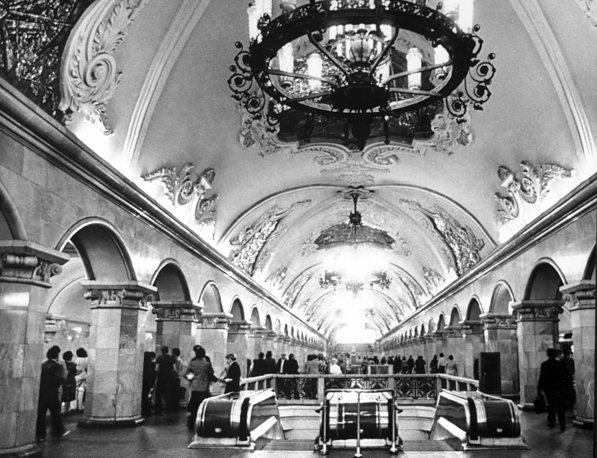 Old metro stations are very imperial style with their reflective marble walls, high ceilings and grandiose chandeliers. Photo: Komsomolskaya station (Koltsevaya line) built in 1952