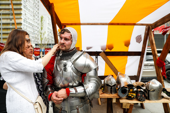 """Participants in the """"Shield and Sword"""" historical fencing tournament in Novy Arbat Stree tas part of the festival"""