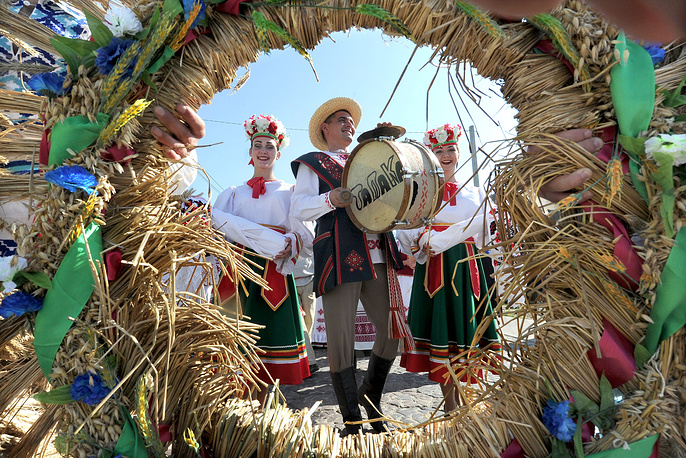 People in traditional dress take part in a procession celebrating Dozhinki, a Belarusian harvest festival, in David Gorodok, Belarus, September 3