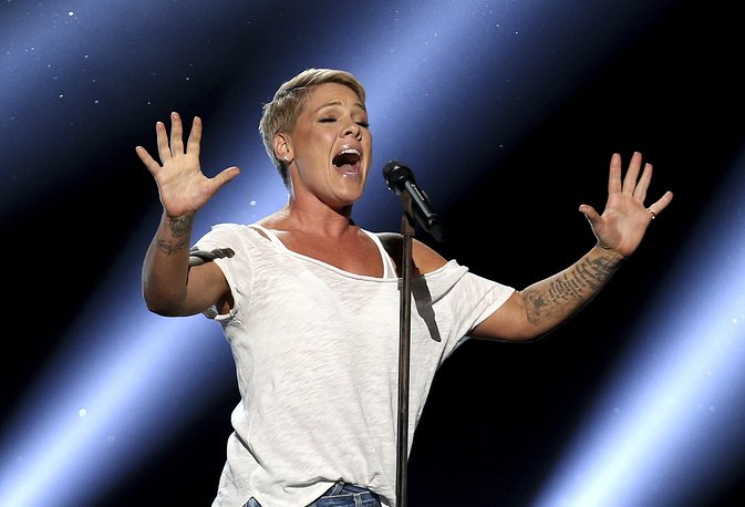 """Pink performs """"Wild Hearts Can't Be Broken"""""""
