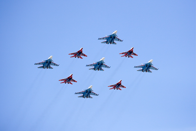 Su-30SM fighters of the Russian Knights aerobatic team and MiG-29 of the Strizhi aerobatic team
