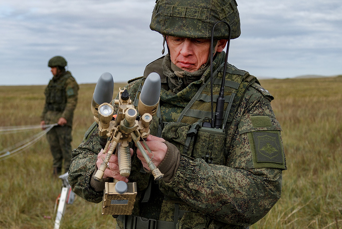 Russian serviceman with Rex-1 anti-drone rifle system