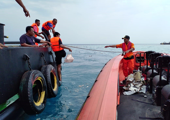 Indonesian rescuers evacuating parts from a crashed Lion Air passenger plane in waters off Tanjung Karawang, Indonesia