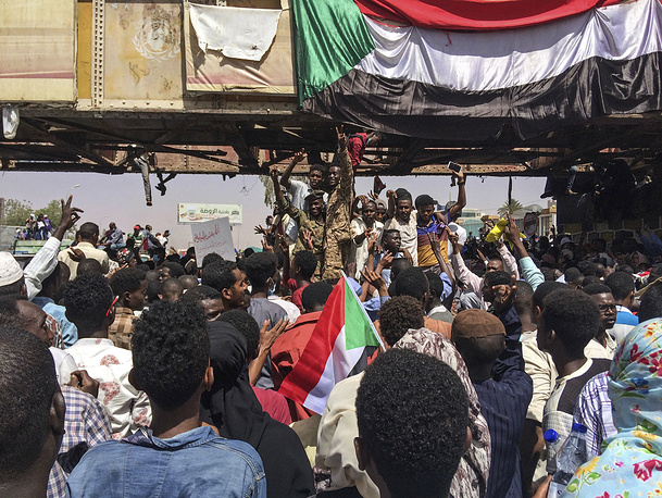 Uniformed Sudanese soldiers flashing the victory sign at a demonstration near the military headquarters in Khartoum