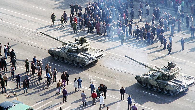 Tanks at the White House siege. Photo ITAR-TASS/ Gennadiy Khamelyanin