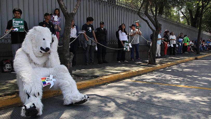 Акция в поддержку задержанного экипажа судна Arctic Sunrise в Мехико, 5 октября 2013 г. Фото AP Photo/Marco Ugarte