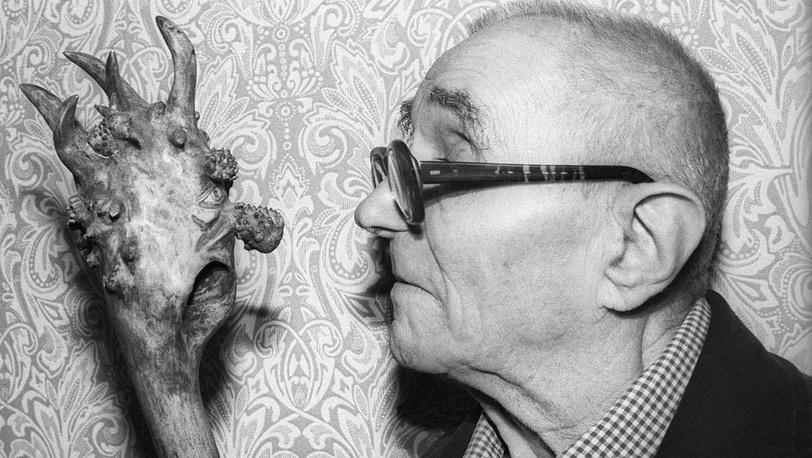 Георгий Францевич Милляр рассматривает реквизит для образа Бабы-Яги. Фото ИТАР-ТАСС/ Татьяна Кузьмина