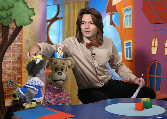 """Ведущий телепередачи """"Спокойной ночи, малыши!"""" Дмитрий Маликов во время съемки программы."""