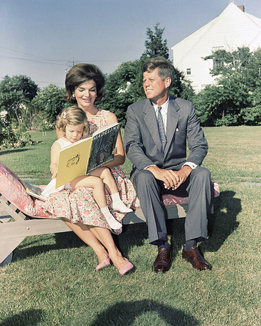 Джон и Жаклин Кеннди с дочерью Кэролайн, 25 июня 1960