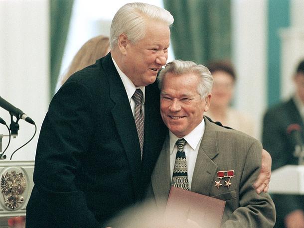 1998 г. Борис Ельцин и Михаил Калашников во время церемонии вручения государственных наград в Кремле в честь Дня независимости России.