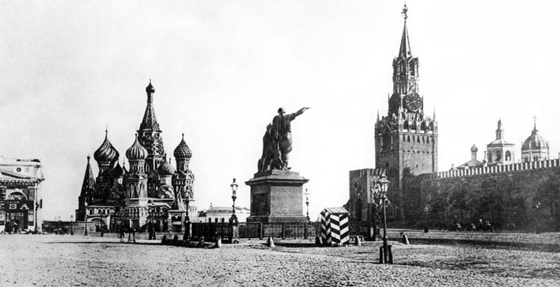 Вид на Собор Василия Блаженного, Спасскую башня Кремля, памятник Минину и Пожарскому и караульную будку