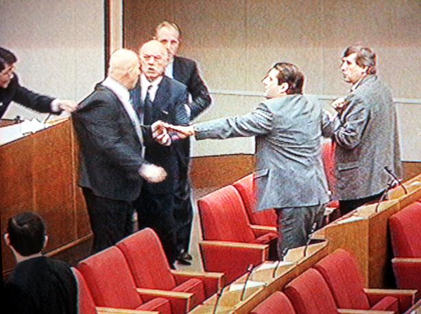 Потасовка между Василием Шандыбиным (слева) и Сергеем Юшенковым (на втором плане справа), 1999 г.