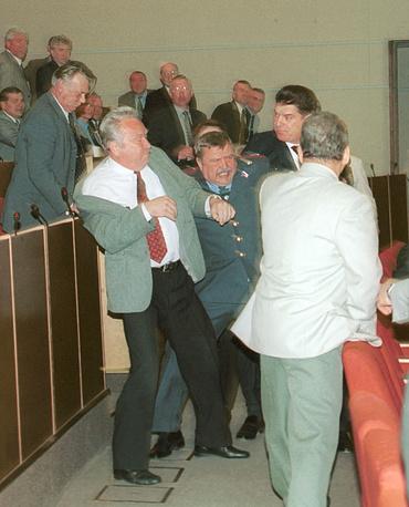 Драка между Георгием Тихоновым (слева) и Владимиром Брынцаловым (справа) на заседании Госдумы, 2001 г.