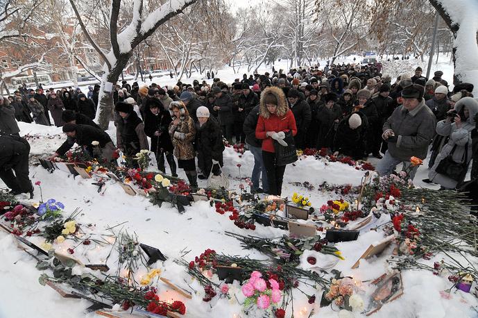 """Родственники погибших при пожаре и жители Перми возлагают цветы возле бывшего ночного клуба """"Хромая лошадь"""""""