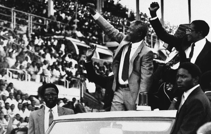 Нельсон Мандела (в центре) и президент Зимбабве Роберт Мугабе в Зимбабве, 1990 г.