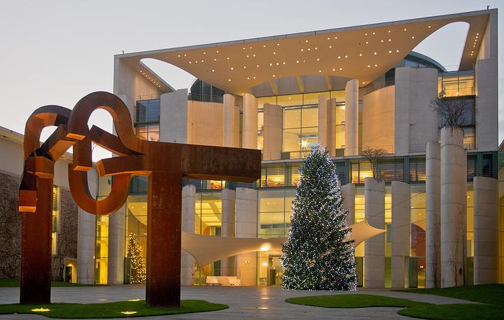 Рождественская ель у ведомства федерального канцлера Германии