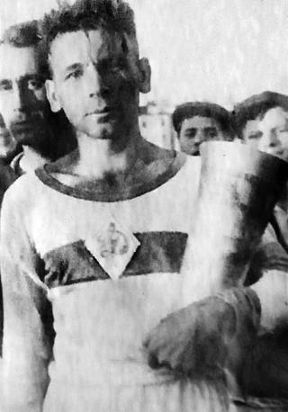 С.С.Егоров с кубком Лениградского чемпионата по футболу. 1943 г.