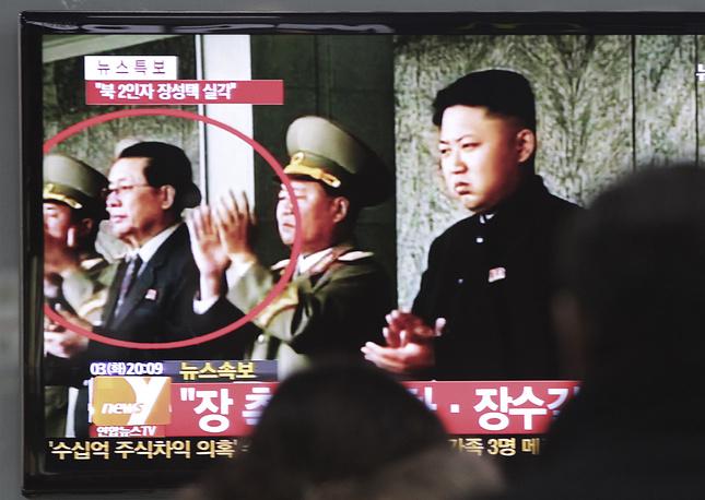 Чан Сон Тхэк /слева/ и лидер КНДР Ким Чен Ын /справа/