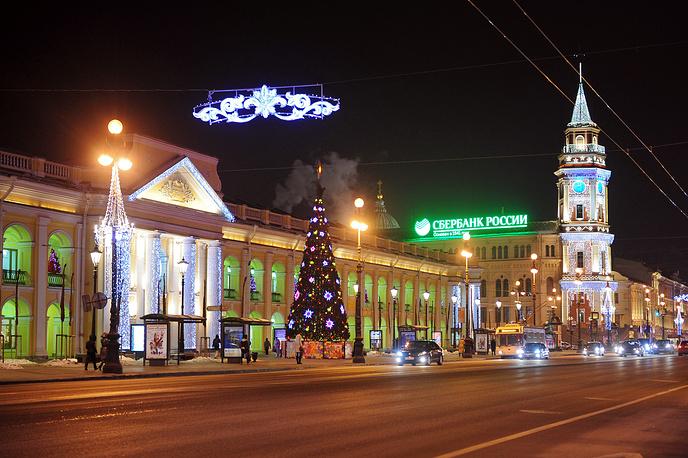 Ель у станции метро «Гостиный двор», 2012 год.