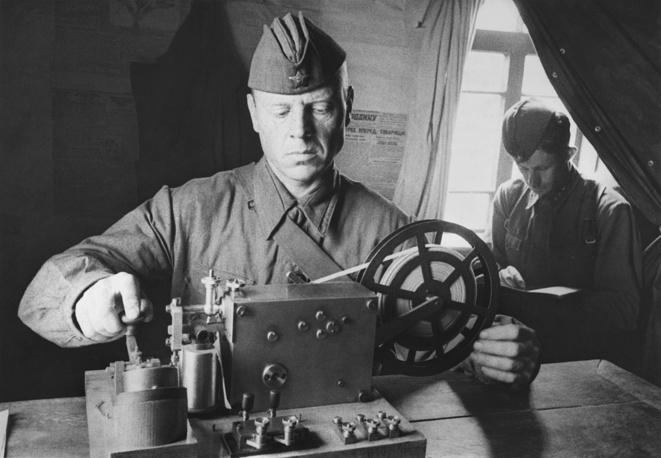 """Телеграфист у аппарата """"Морзе"""", 1942 г."""