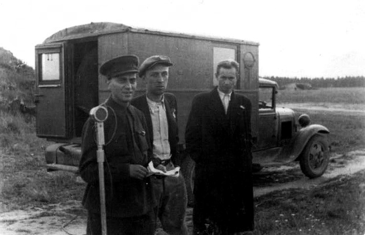 Журналисты у передвижной радиостудии на гвардейском аэродроме под Ленинградом. 1943 г.