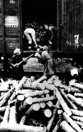 Разгрузка дров для котельных городских электростанций. 1941 г.